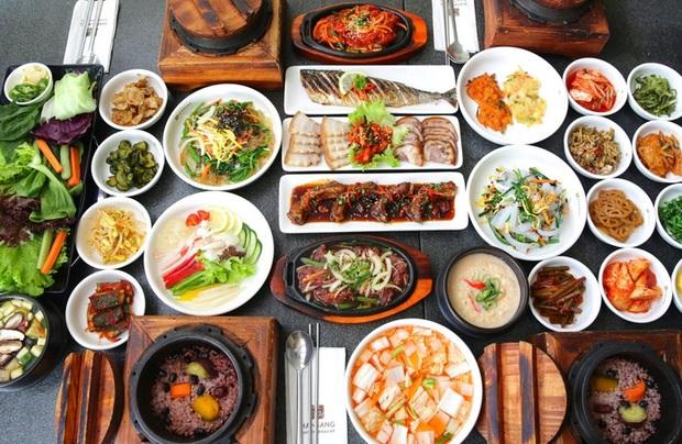 Đi ăn đồ Hàn lúc nào cũng được khuyến mãi chục đĩa panchan, ăn thì ngon nhưng bạn có chắc đã biết nguồn gốc về nó? - Ảnh 1.