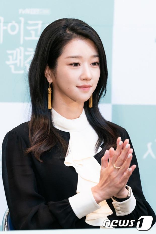 6 nàng Bạch Tuyết xứ Hàn: Da trắng, tóc đen như gỗ mun, có người 30 tuổi rồi vẫn chưa một lần nhuộm tóc - Ảnh 2.