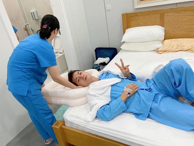 Thuỷ Anh gây xúc động với ảnh bên Đăng Khôi hậu phẫu thuật tai: Nằm chung trên chiếc giường bé, vẫn cười vì yêu thương! - Ảnh 2.
