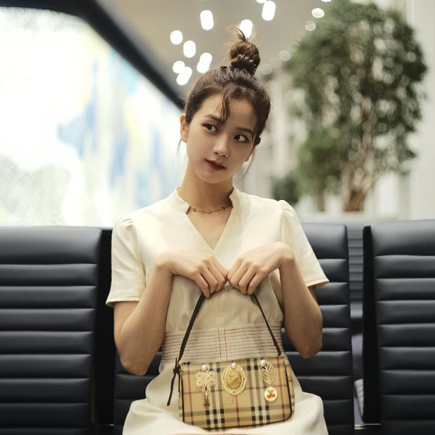 Jisoo đâu chỉ xõa tóc suốt ngày, cô nàng còn có 4 cách buộc tóc xinh ngẩn ngơ mà ai không học theo sẽ tiếc - Ảnh 1.