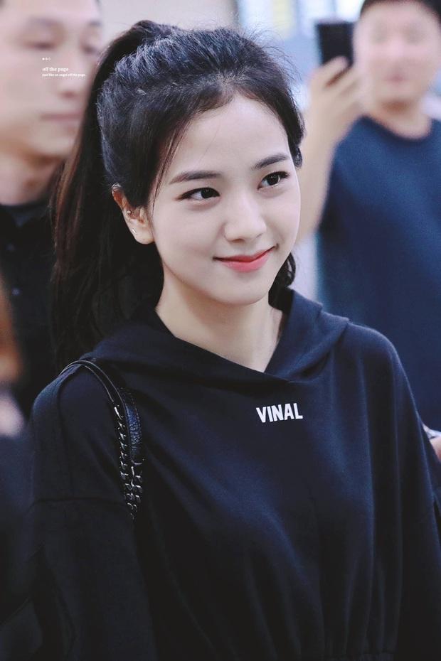 Jisoo đâu chỉ xõa tóc suốt ngày, cô nàng còn có 4 cách buộc tóc xinh ngẩn ngơ mà ai không học theo sẽ tiếc - Ảnh 12.