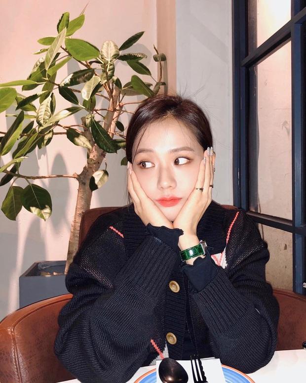 Jisoo đâu chỉ xõa tóc suốt ngày, cô nàng còn có 4 cách buộc tóc xinh ngẩn ngơ mà ai không học theo sẽ tiếc - Ảnh 6.