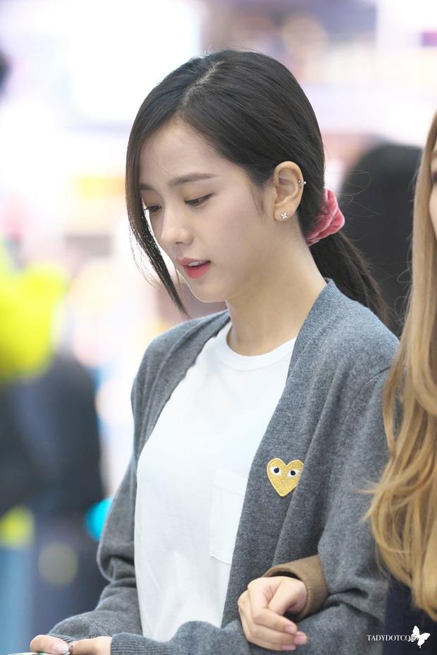 Jisoo đâu chỉ xõa tóc suốt ngày, cô nàng còn có 4 cách buộc tóc xinh ngẩn ngơ mà ai không học theo sẽ tiếc - Ảnh 7.