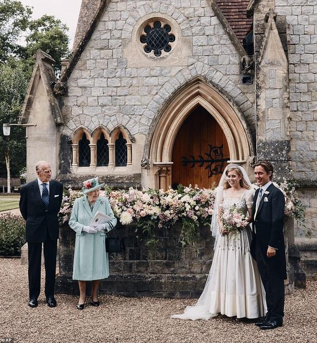 Công chúa Beatrice: Từ cô nàng thị phi, luôn gắn mác xấu tính lột xác thành cô dâu hoàng gia tinh tế được khen ngợi hết lời - Ảnh 9.