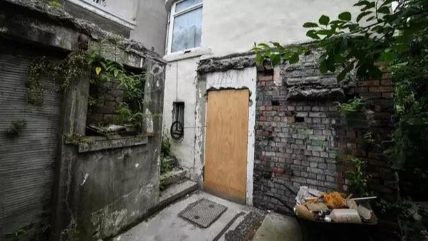 Ngôi nhà kỳ lạ thường xuyên phát ra tiếng thét từ dưới hầm sâu khiến cặp vợ chồng phải bỏ của chạy lấy người - Ảnh 1.