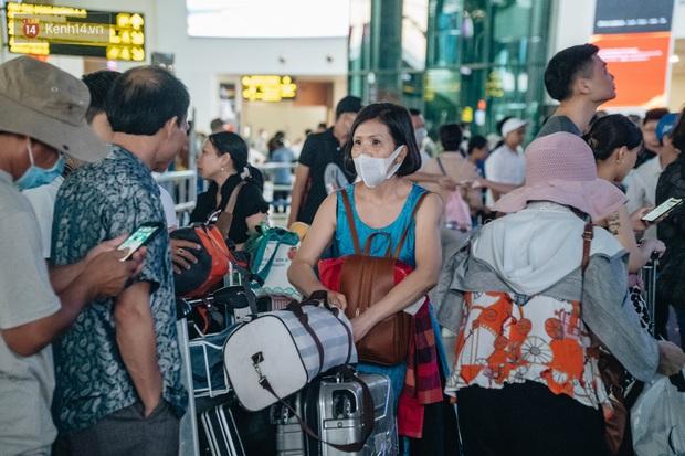 Chùm ảnh: Biển người xếp hàng, chờ làm thủ tục tại sân bay Nội Bài - Ảnh 15.