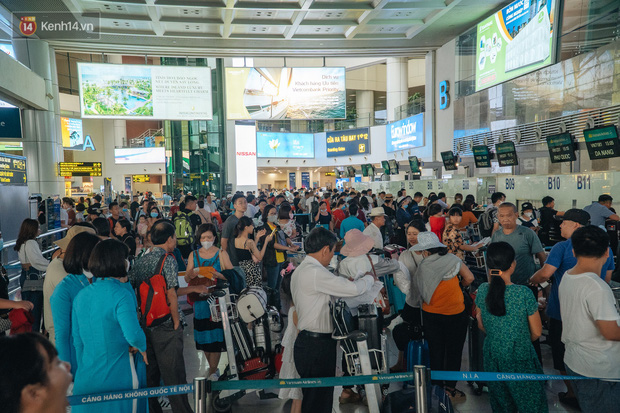 Chùm ảnh: Biển người xếp hàng, chờ làm thủ tục tại sân bay Nội Bài - Ảnh 8.
