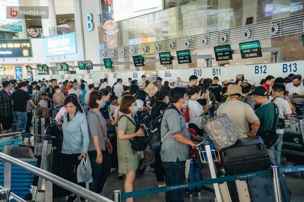 Chùm ảnh: Biển người xếp hàng, chờ làm thủ tục tại sân bay Nội Bài - Ảnh 5.