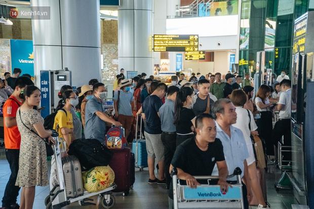 Chùm ảnh: Biển người xếp hàng, chờ làm thủ tục tại sân bay Nội Bài - Ảnh 7.