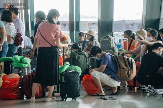Chùm ảnh: Biển người xếp hàng, chờ làm thủ tục tại sân bay Nội Bài - Ảnh 11.