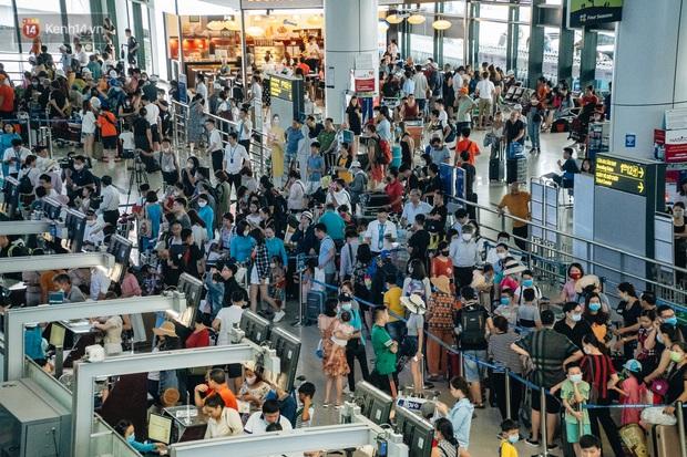 Chùm ảnh: Biển người xếp hàng, chờ làm thủ tục tại sân bay Nội Bài - Ảnh 3.