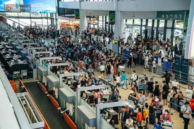Chùm ảnh: Biển người xếp hàng, chờ làm thủ tục tại sân bay Nội Bài - Ảnh 2.