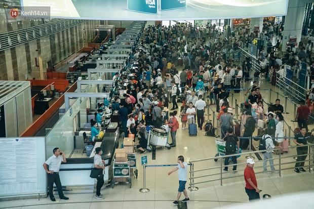 Chùm ảnh: Biển người xếp hàng, chờ làm thủ tục tại sân bay Nội Bài - Ảnh 4.
