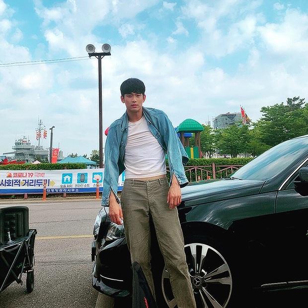 Chẳng màng ăn diện, anh điều dưỡng Kim Soo Hyun chỉ mặc dăm ba món đồ cơ bản vẫn khiến chị em xuýt xoa - Ảnh 4.