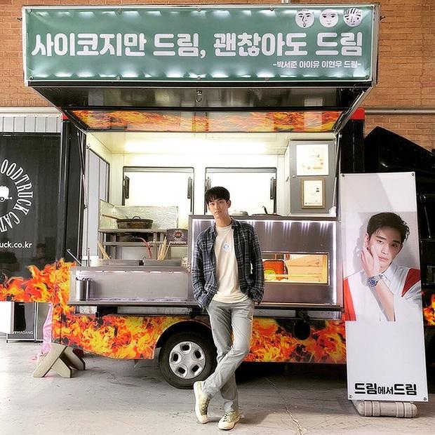 Chẳng màng ăn diện, anh điều dưỡng Kim Soo Hyun chỉ mặc dăm ba món đồ cơ bản vẫn khiến chị em xuýt xoa - Ảnh 3.