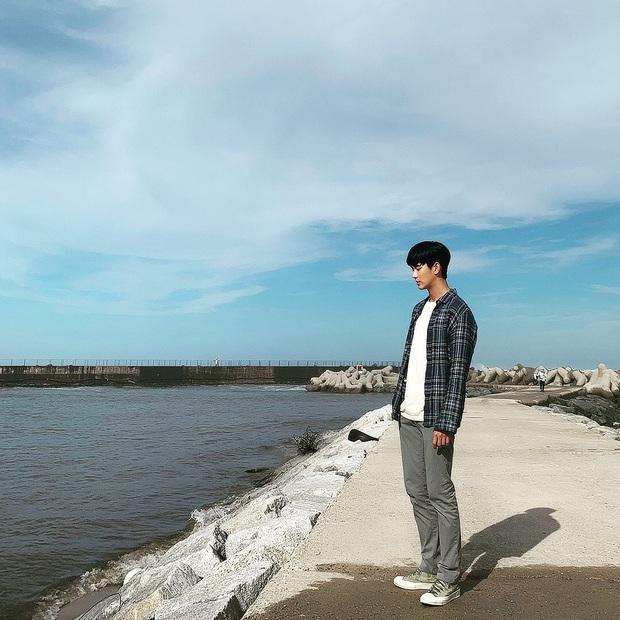 Chẳng màng ăn diện, anh điều dưỡng Kim Soo Hyun chỉ mặc dăm ba món đồ cơ bản vẫn khiến chị em xuýt xoa - Ảnh 2.
