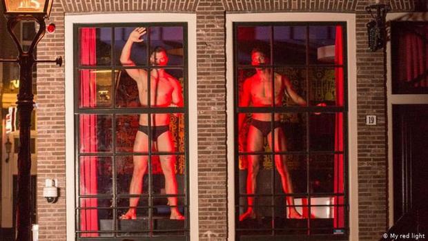 Phố đèn đỏ nổi tiếng nhất Hà Lan: Từ Disneyland 18+ thành khu phố ma chỉ sau 1 đêm, nhiều nhà thổ có nguy cơ đóng cửa vĩnh viễn - Ảnh 5.