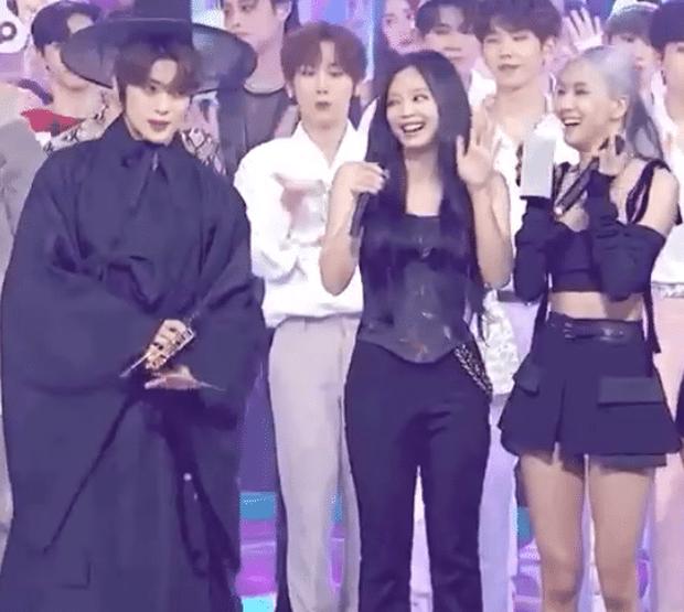 Đằng sau khoảnh khắc Jennie (BLACKPINK) không nhịn nổi cười khi thấy nam thần Jaehyun (NCT) đang rầm rộ khắp MXH - Ảnh 3.