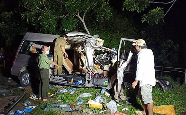 Tai nạn kinh hoàng giữa ô tô khách 16 chỗ và xe tải lúc rạng sáng, 8 người tử vong - Ảnh 1.
