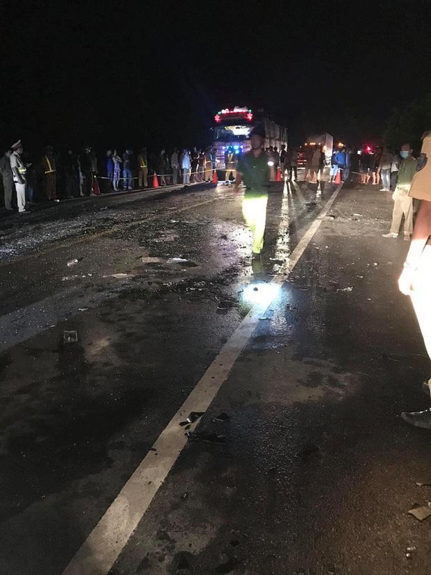Hiện trường kinh hoàng vụ tai nạn giữa ô tô 16 chỗ và xe tải khiến 8 người tử vong lúc rạng sáng - Ảnh 2.