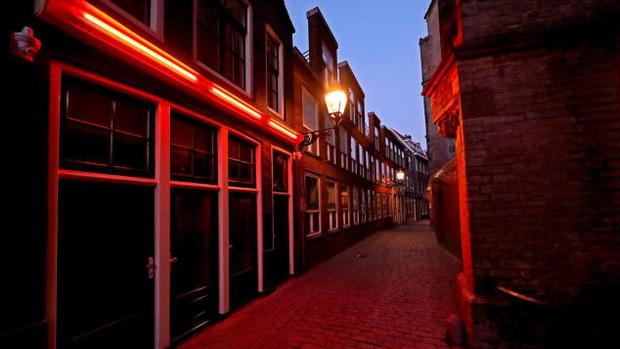 Phố đèn đỏ nổi tiếng nhất Hà Lan: Từ Disneyland 18+ thành khu phố ma chỉ sau 1 đêm, nhiều nhà thổ có nguy cơ đóng cửa vĩnh viễn - Ảnh 3.