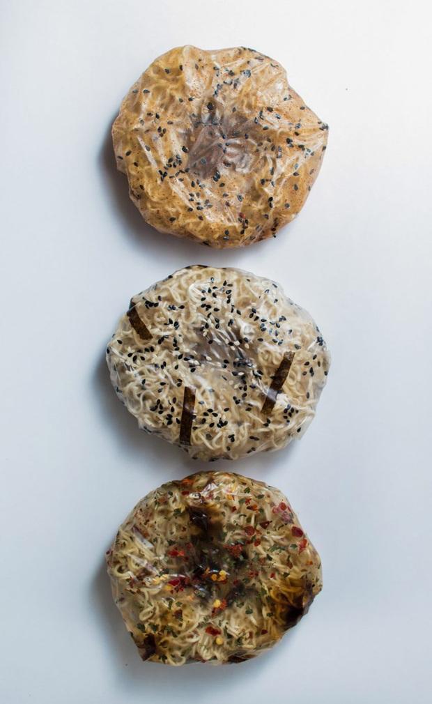 Đau đầu vì thải ra quá nhiều túi nilon mỗi lần ăn mì, cô sinh viên nghĩ cách ăn mì ăn cả gói - Ảnh 2.