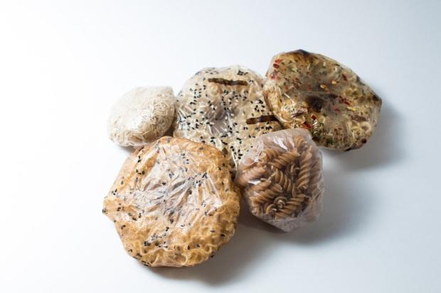 Đau đầu vì thải ra quá nhiều túi nilon mỗi lần ăn mì, cô sinh viên nghĩ cách ăn mì ăn cả gói - Ảnh 3.