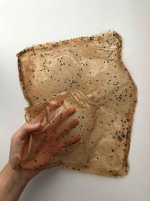 Đau đầu vì thải ra quá nhiều túi nilon mỗi lần ăn mì, cô sinh viên nghĩ cách ăn mì ăn cả gói - Ảnh 4.