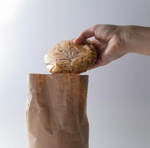 Đau đầu vì thải ra quá nhiều túi nilon mỗi lần ăn mì, cô sinh viên nghĩ cách ăn mì ăn cả gói - Ảnh 6.