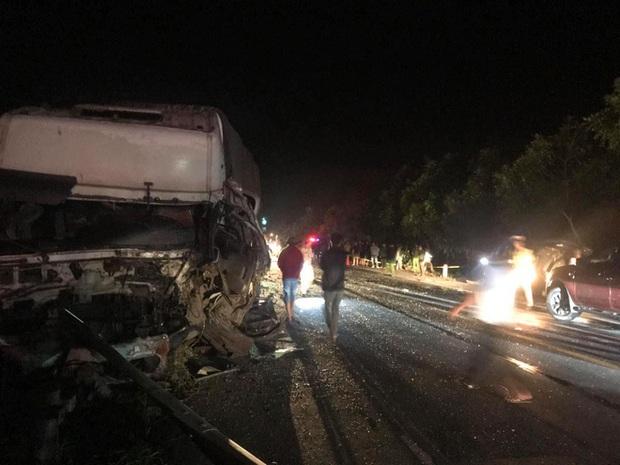 Hiện trường kinh hoàng vụ tai nạn giữa ô tô 16 chỗ và xe tải khiến 8 người tử vong lúc rạng sáng - Ảnh 8.