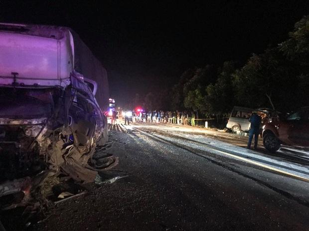 Hiện trường kinh hoàng vụ tai nạn giữa ô tô 16 chỗ và xe tải khiến 8 người tử vong lúc rạng sáng - Ảnh 9.