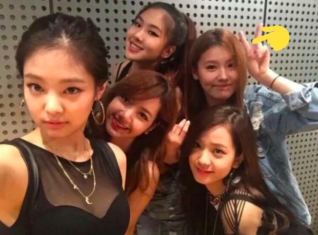Dân mạng đồn lý do khiến Miyeon (G)I-DLE không thể debut cùng BLACKPINK: Một nhóm không thể tồn tại đến 2 nữ hoàng nhan sắc? - Ảnh 1.