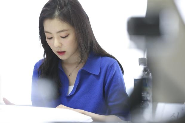 Irene (Red Velvet) ngồi đọc kịch bản cũng đẹp lịm người, thần thái đỉnh thế này bảo sao không làm nữ chính - Ảnh 5.
