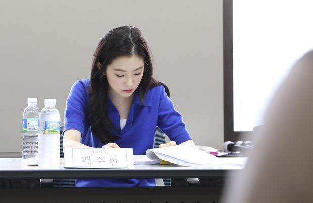 Irene (Red Velvet) ngồi đọc kịch bản cũng đẹp lịm người, thần thái đỉnh thế này bảo sao không làm nữ chính - Ảnh 4.
