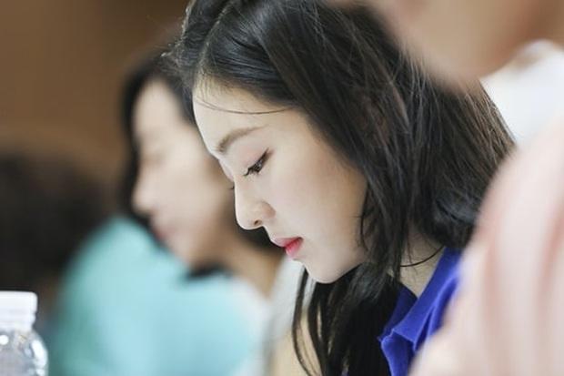 Irene (Red Velvet) ngồi đọc kịch bản cũng đẹp lịm người, thần thái đỉnh thế này bảo sao không làm nữ chính - Ảnh 3.