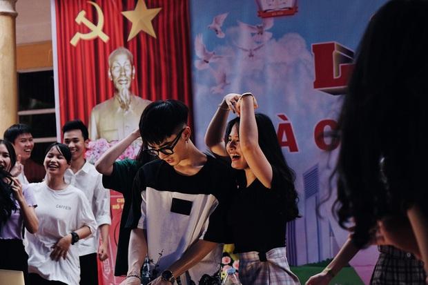 Mướt mồ hôi chơi nhạc trong đêm tri ân, chàng DJ khiến cộng đồng mạng lùng sục vì quá đẹp trai, thì ra là sinh viên NEU - Ảnh 1.