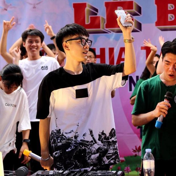 Mướt mồ hôi chơi nhạc trong đêm tri ân, chàng DJ khiến cộng đồng mạng lùng sục vì quá đẹp trai, thì ra là sinh viên NEU - Ảnh 2.