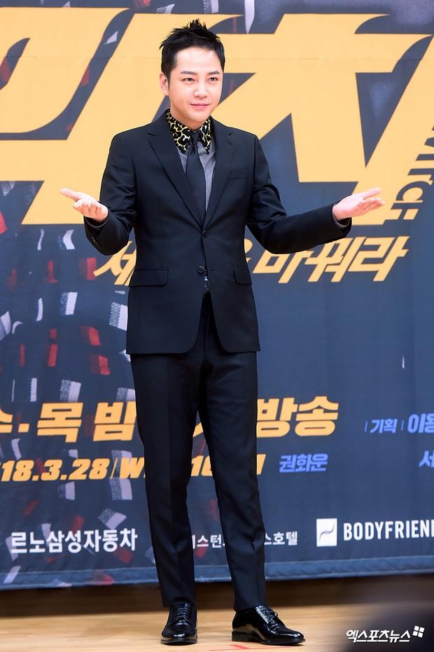 5 diễn viên ăn gạch vì lí do vô lý không tả được: Tức nhất là khi Kang Dong Won bị ném đá vì già đi - Ảnh 4.