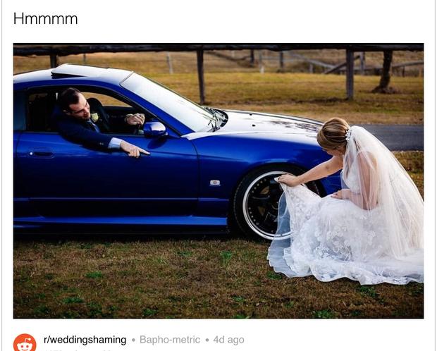 Bức ảnh cô dâu ngồi xuống đất, dùng vạt váy cưới trắng muốt lau bánh xe của chồng khiến dân mạng được phen tranh cãi kịch liệt - Ảnh 2.