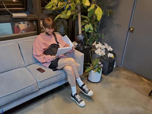 Lee Min Ho chuyên diện quần short ngắn cũn tôn chân dài cực phẩm, không ít giai hẳn sẽ muốn học theo đấy - Ảnh 1.