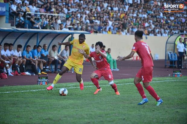 Hàng nghìn CĐV Nam Định đồng loạt quay lưng để phản đối trọng tài V.League - Ảnh 10.