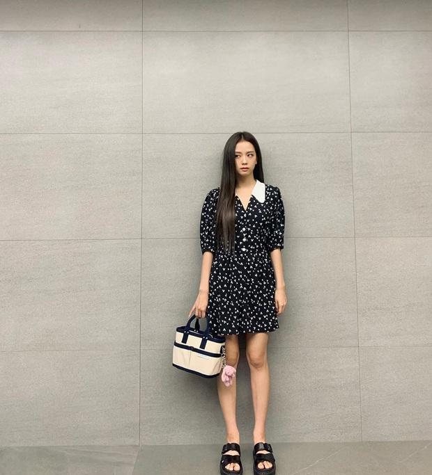 Jisoo diện váy hoa siêu xinh nhưng hay ho nhất lại là ở đôi sandals, chị em học theo để style đỉnh hơn nào  - Ảnh 2.