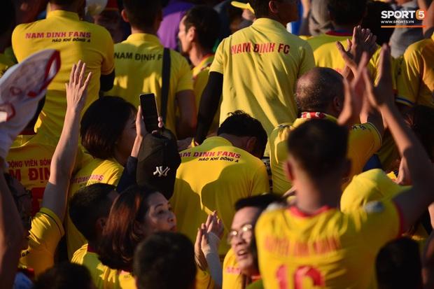 Hàng nghìn CĐV Nam Định đồng loạt quay lưng để phản đối trọng tài V.League - Ảnh 4.