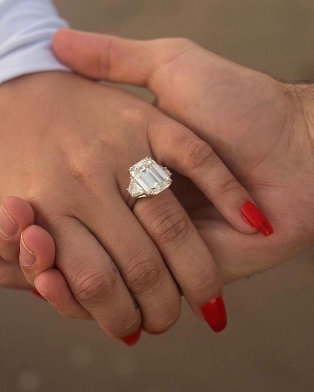 HOT: Demi Lovato đính hôn với bạn trai chỉ sau 4 tháng hẹn hò, khoe nhẫn kim cương khủng trên MXH - Ảnh 3.