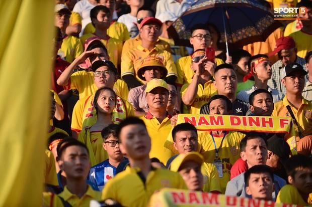 Hàng nghìn CĐV Nam Định đồng loạt quay lưng để phản đối trọng tài V.League - Ảnh 9.