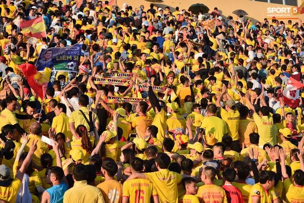Hàng nghìn CĐV Nam Định đồng loạt quay lưng để phản đối trọng tài V.League - Ảnh 2.