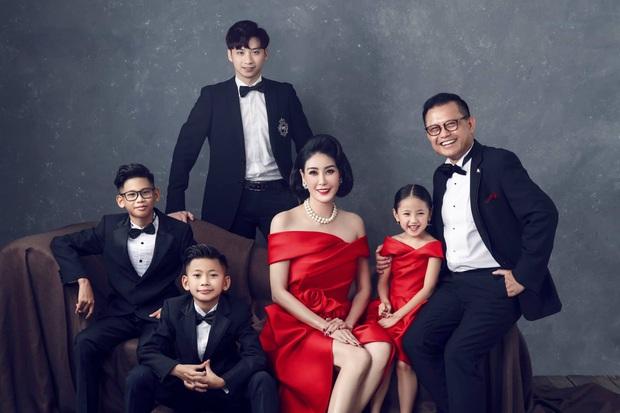 Bộ ảnh kỷ niệm 13 năm cưới của Hà Kiều Anh: Sang trọng chuẩn gia đình đá quý, công chúa út chiếm spotlight vì quá dễ thương! - Ảnh 3.