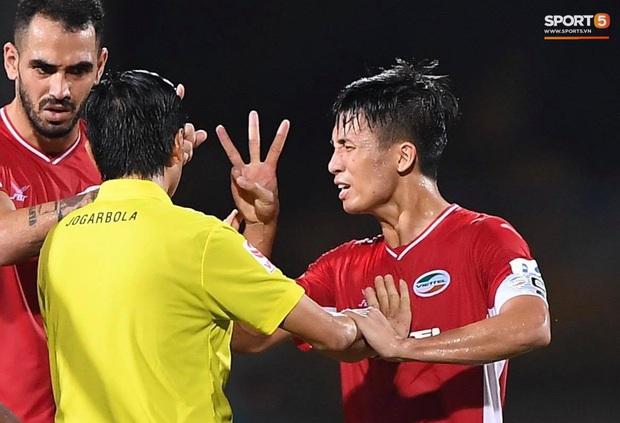 Bùi Tiến Dũng tranh luận cực gắt với trọng tài trận Viettel gặp CLB Đà Nẵng - Ảnh 1.