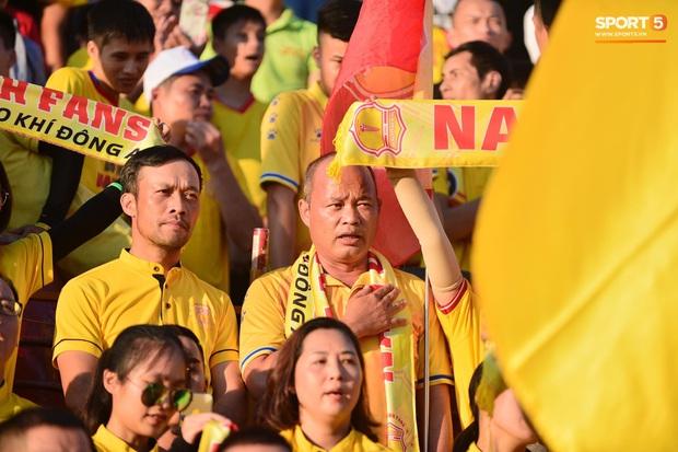 Hàng nghìn CĐV Nam Định đồng loạt quay lưng để phản đối trọng tài V.League - Ảnh 1.
