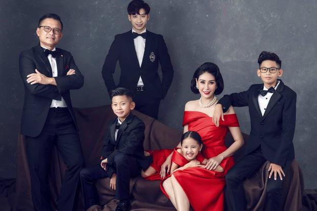 Bộ ảnh kỷ niệm 13 năm cưới của Hà Kiều Anh: Sang trọng chuẩn gia đình đá quý, công chúa út chiếm spotlight vì quá dễ thương! - Ảnh 2.